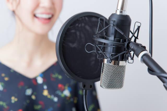 マイクの前で歌う女性